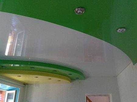 Спальня с разноцветным натяжным потолком