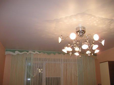 Спальня с сатиновым потолком и люстрой