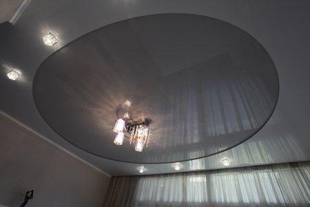 Спальня с серым натяжным потолком