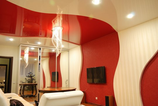 Спальня с цветным глянцевым потолком