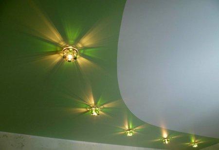 Спальня с зеленым натяжным потолком
