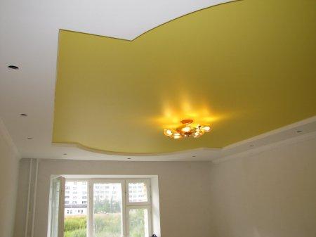 Спальня с желтым натяжным потолком