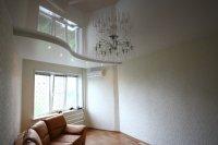 Студия с белым глянцевым потолком