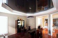 Студия с черным потолком и люстрой
