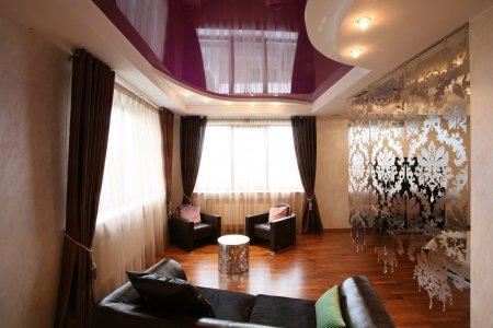 Студия с фиолетовым натяжным потолком