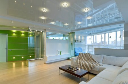 Студия с глянцевым белым потолком