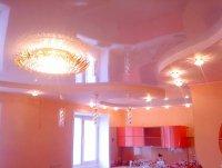 Студия с глянцевым потолком и люстрой
