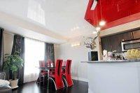 Студия с красным натяжным потолком