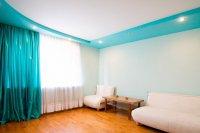 Студия с матовым цветным потолком
