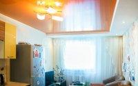 Студия с оранжевым натяжным потолком