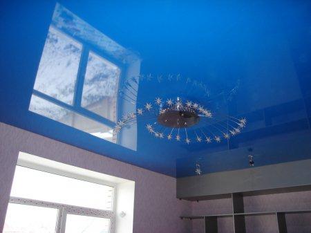 Студия с синим натяжным потолком