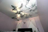 Тканевый натяжной потолок с люстрой