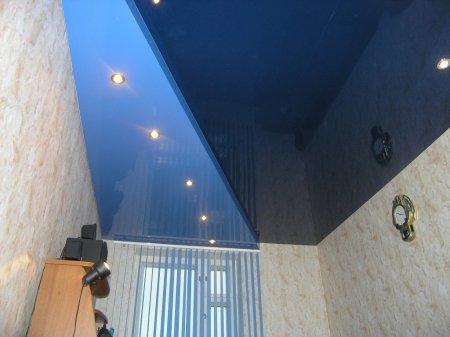 Цветной натяжной потолок в офисе