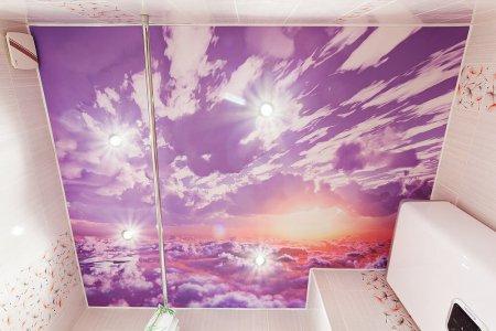 Ванная комната с фотопечатью на потолке