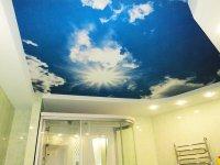 Ванная комната с фотопечатью неба