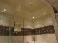 Ванная комната с глянцевым потолком