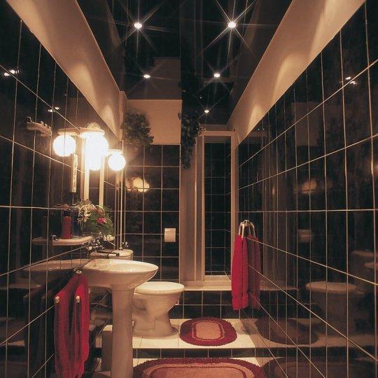 Ванная с черным глянцевым потолком