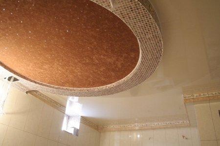 Ванная с фактурным натяжным потолком