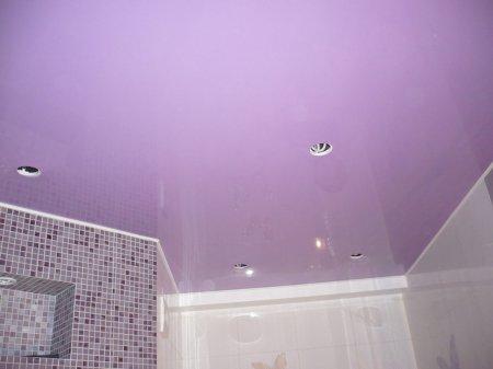 Ванная с фиолетовым натяжным потолком