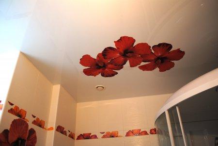 Ванная с фотопечатью цветов на потолке