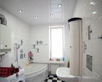 Ванная с глянцевым натяжным потолком