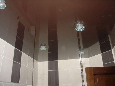 Ванная с коричневым натяжным потолком