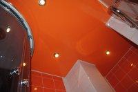 Ванная с оранжевым натяжным потолком