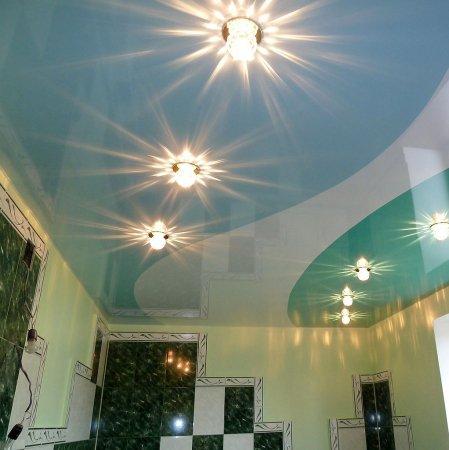 Ванная с разноцветным натяжным потолком