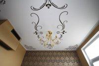 Виниловые наклейки на белом потолке