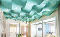 Волнообразный натяжной потолок в офисе