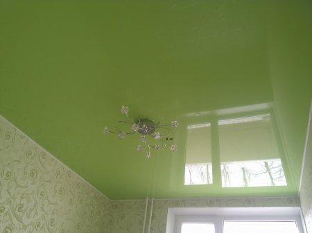 Зеленый глянцевый натяжной потолок