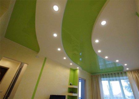 Зеленый глянцевый потолок для детской