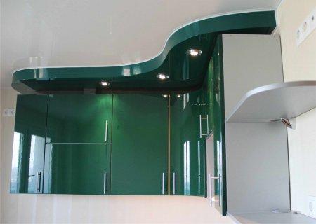 Зеленый глянцевый потолок для кухни