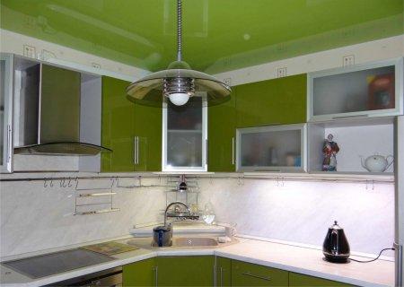 Зеленый глянцевый потолок на кухне