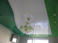 Зеленый глянцевый потолок в спальне