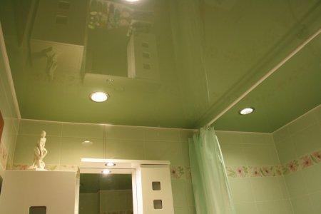 Зеленый глянцевый потолок в ванной