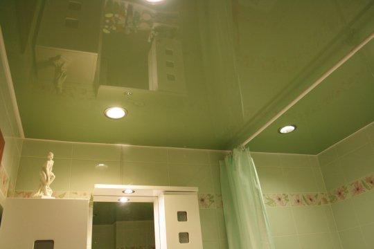 Зеленый натяжной потолок для ванной