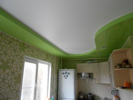 Зеленый натяжной потолок на кухне