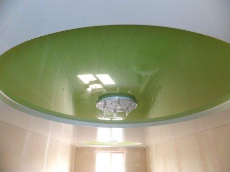 Зеленый натяжной потолок в гостиной