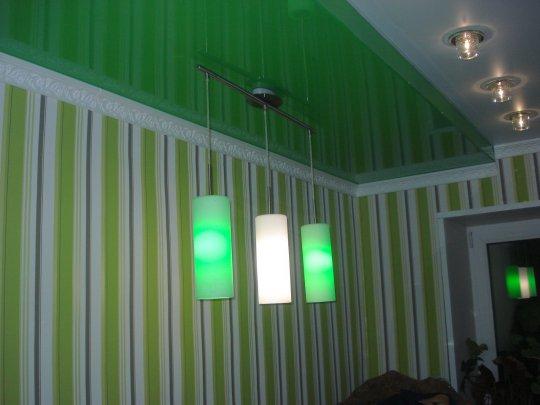 Зеленый натяжной потолок в кабинете