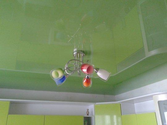 Зеленый одноуровневый натяжной потолок
