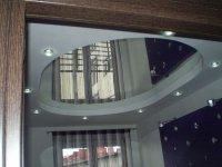 Зеркальный натяжной потолок в прихожей