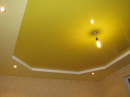 Желтый глянцевый потолок в спальне