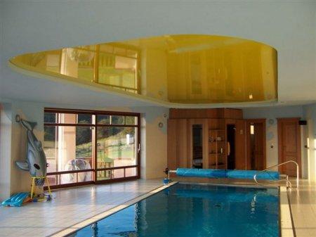Желтый натяжной потолок в бассейне