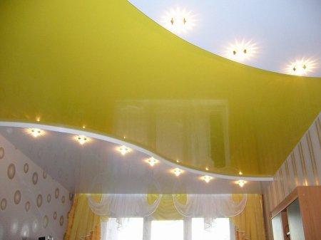 Желтый натяжной потолок в гостиной