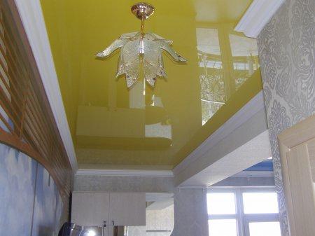 Желтый натяжной потолок в прихожей