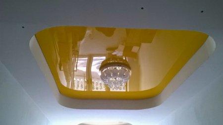 Желтый натяжной потолок в студии