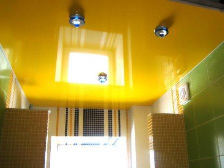 Желтый потолок в ванной