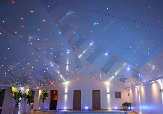 Звездное небо на потолке в бассейне